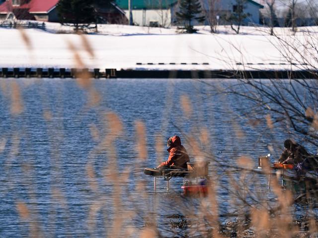 冬の茨戸川の釣り人