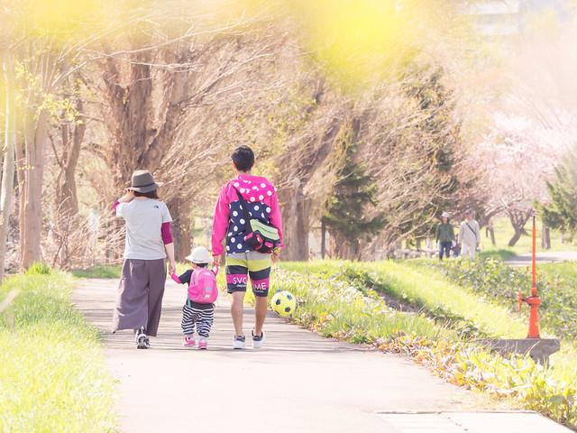 農試公園内を散歩する家族